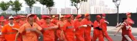 让劳动人民歇歇吧!忻州市环卫工高温踢正步走 大家真的是自愿的吗?