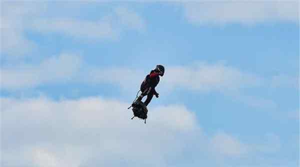 猛男真人钢铁侠飞越英吉利海峡 法国发明家依靠飞行板飞越英吉利海峡