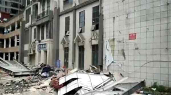 贵州贵阳一高空连廊发生坍塌 多辆车辆受损有1人受轻伤
