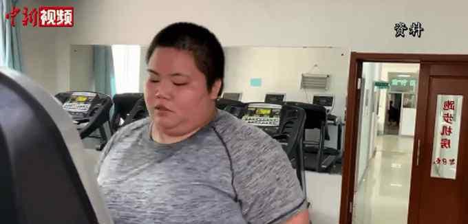 300斤女孩一年减掉半个自己