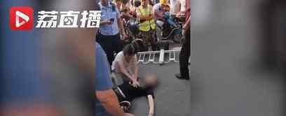 男子心脏骤停女子跪地施救 二人身份曝光令人泪目