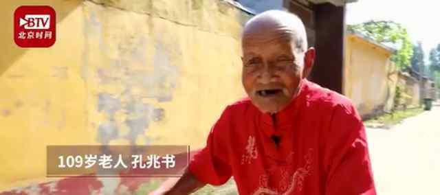 109岁老人骑车遛弯 怀着乐观的生活态度