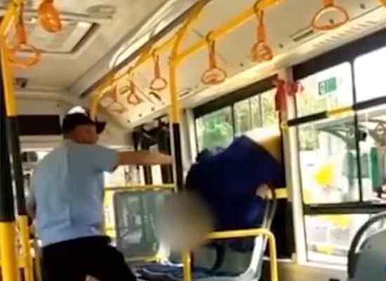 老人乘车拒扫健康码从窗口翻进 为什么会这样做