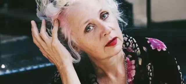 老太太服装 【津荣服装】年过60的老太太却神气十足,穿着花裙子环游世界,少女心满满啊~