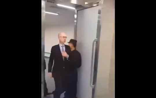 肖华连夜抵达上海 NBA总裁为什么抵达上海道歉了吗