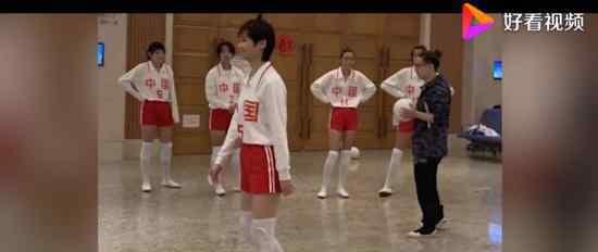 李宇春女排造型 什么样白衣红短裤,全是腿(图)