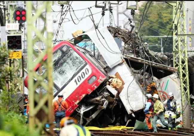 日本列车卡车相撞 到底什么情况呢?