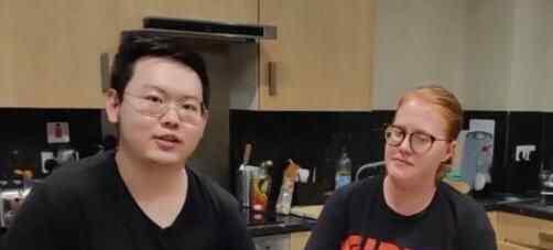 留英小伙为室友下厨半个月秀30道中国菜 美国女孩吃完狂点赞