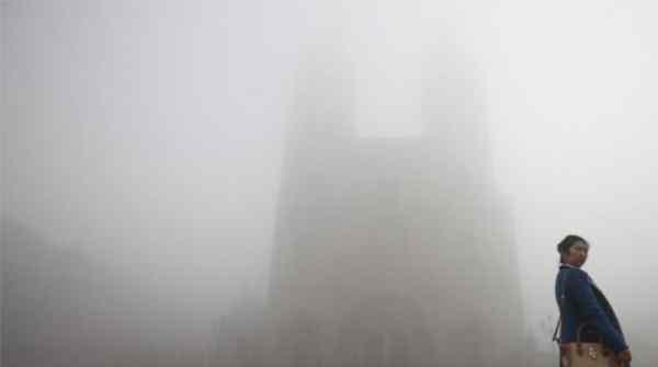 高楼淹在大雾中,北京恶劣的天气状况不利于交通出行