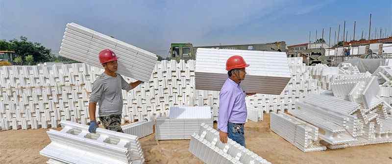 村民用泡沫盖新房,工人如同玩积木引围观