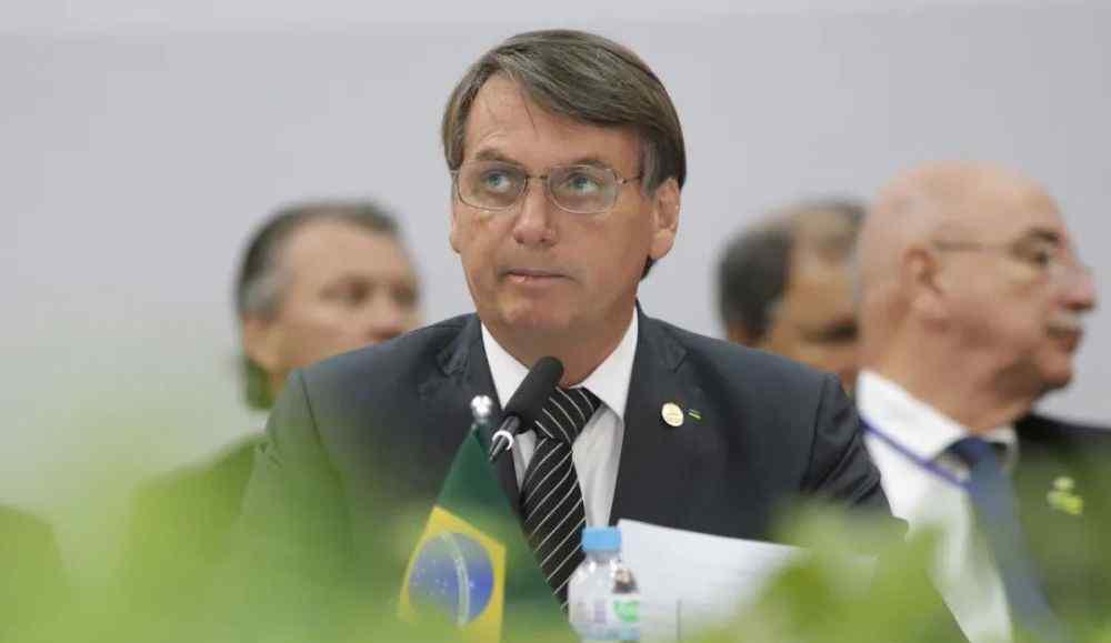 巴西总统新冠阳性 说话期间又把口罩摘了
