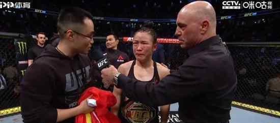张伟丽卫冕金腰带 中国首位UFC冠军