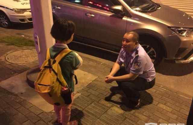 警察哄9岁小女孩 你爸爸怎么那么坏电话多少叔叔帮你教训他!