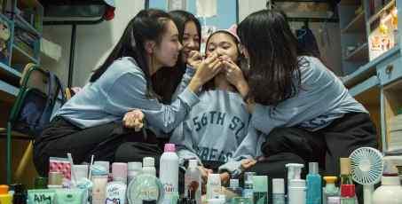 双11女生买一桌子化妆品 购物能力太强了!