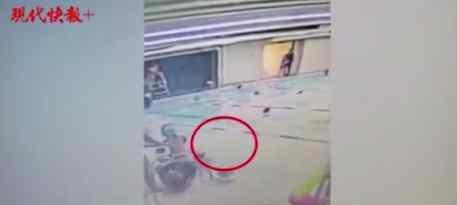 男童学游泳被猛摔 目前是什么情况?
