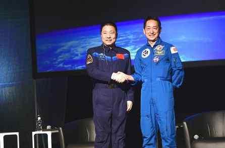 杨利伟首次访日 两国首飞航天员共话航天