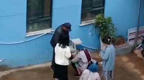 男童哭喊着妈妈从幼儿园3楼跳下 现场令人心碎