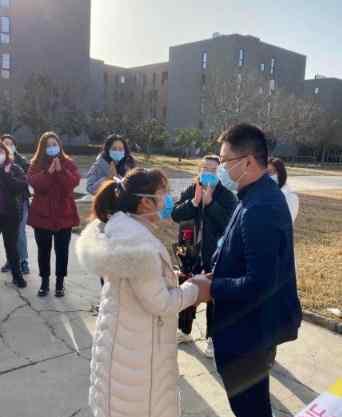 医生刚出隔离区就被男友求婚 在同事的祝福下两人登记了