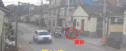 女童马路往返跑10次被撞 这家长又在哪里呢