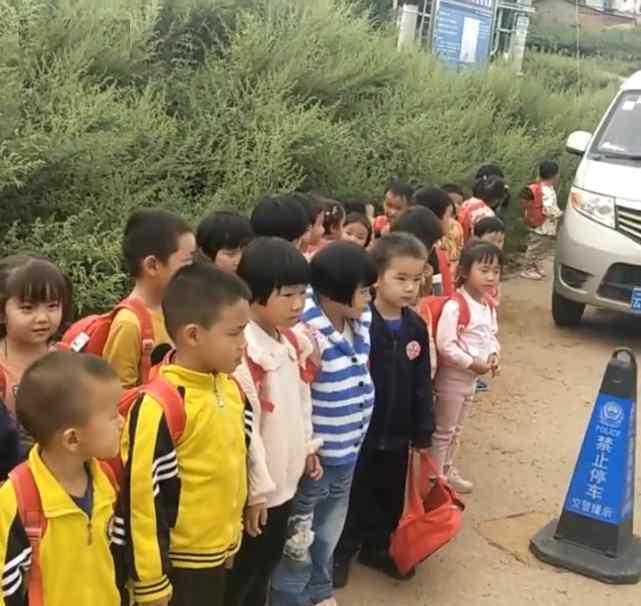 7座小车塞进33名幼童当校车引发网络热议 岂能拿孩子安全开玩笑