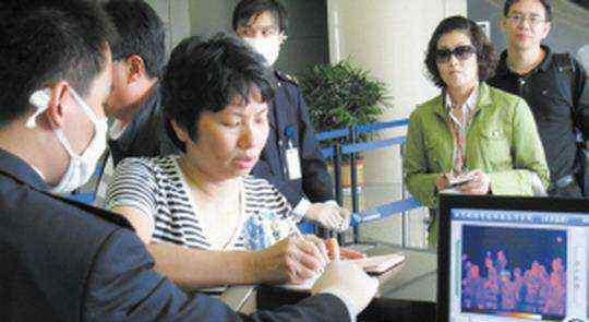 武汉检测旅客体温 有治愈出院的肺炎总体可治