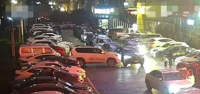 打十几分钟电话没人来 女司机3分钟连怼11次撞开挡路豪车