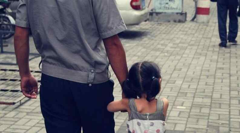 张军领 35岁男子捡回一个女婴,未婚妻闹分手,男子:再苦也要把她养大