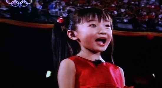 北京奥运会假唱女孩现状:穿衣打扮似大妈,与女同学合影成背景板