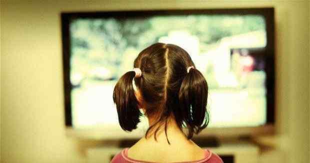 孩子几岁能看电视?美国儿科学会:2岁以下的婴幼儿不适合看电视