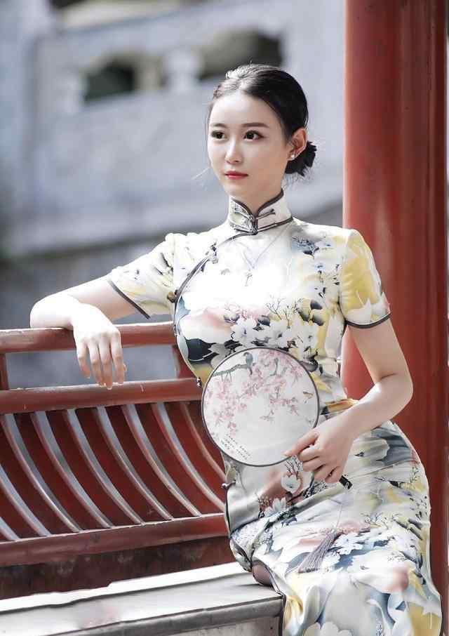 """中国版卡戴珊,穿旗袍勒出""""沙漏型""""身材,可她才20岁"""