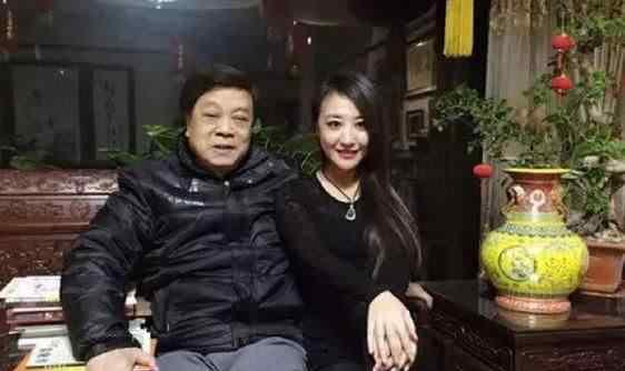赵忠祥老婆近照曝光,过亿豪宅风格奢华,布满名贵书画?