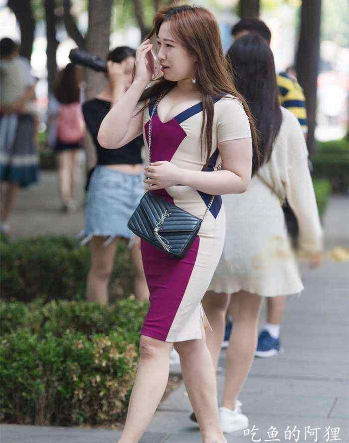 街拍: 胖胖的美女鱼尾臀翘起, 全身雪白魅力