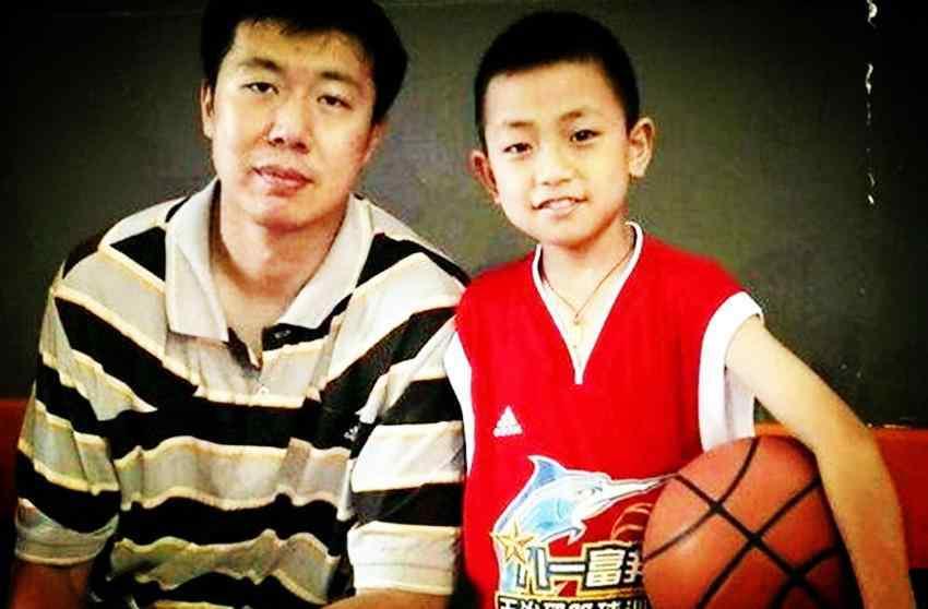他的模板是周琦,父亲是男篮冠军教头,一原因成入选男篮最大障碍